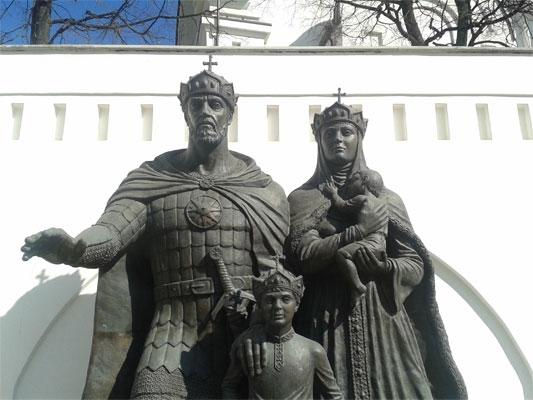 Памятник   Евфросинии Московской и   Димитрию Донскому